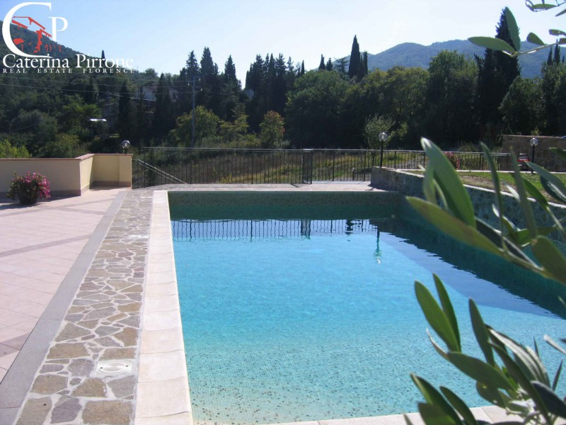 STRADA IN CHIANTI SEZZATE  vendesi porzione di villa con piscina
